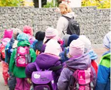 viele Kinder machen einen Ausflug
