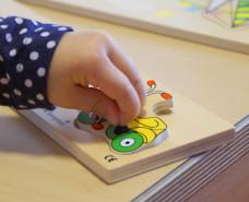 Kinderhand puzzelt