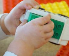Kinderhände bauen mit Bausteinen