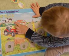 Kind macht ein Puzzel