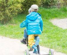 Kinder fahren mit Dreirad